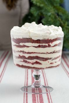 This Red Velvet Cheesecake Trifle Is Everything You Ever Wanted Christmas To Be - Desserts - Trifle Bowl Desserts, Trifle Cake, Cheesecake Trifle, Trifle Pudding, Cold Desserts, Sand Pudding, Dessert Recipes, Cheesecake Recipes, Brownie Trifle