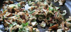 Paistettu herkkutatti on herkullista, mutta italialaisen trifolati –ohjeen mukaan tehty herkkutatti on taivaallista. Ohje ei ole monimutkainen, paistamisen järjestys vain vaihtuu. Suomessa sienet p… Koti, Pasta Salad, Potato Salad, Potatoes, Cooking, Ethnic Recipes, Crab Pasta Salad, Kitchen, Potato