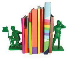 Legetøjssoldater som bogstøtter Endelig kan du få orden på dine bøger!