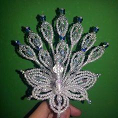 Parte frontal del pavo trabajado en cristales de gotas rombos tornasoles y maripositas de crystal Swarovski