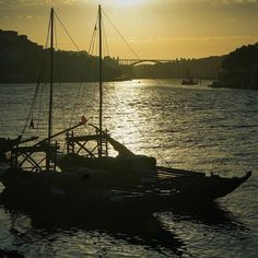 Today's sunset from the Ribeira.  #travel #carameltrail #portugal #sunset #sunsetlights #thatmoment #river #sailboat #water #sun #sky