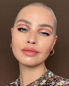 Shaved Head Women, Girls With Shaved Heads, Pelo Editorial, Makeup Art, Hair Makeup, Smoked Eyes, Simple Eyeshadow, Makeup Guide, Makeup Photography