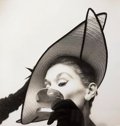 Irving Penn - Lisa Fonssagrives-Penn with Straw Hat, ca. 1949 offered by Robert Klein Gallery on InCollect Shalom Harlow, Irving Penn, Nicole Kidman, Video Photography, Fashion Photography, Vintage Photography, Robert Klein, Cecil Beaton, Beauty Tips For Teens