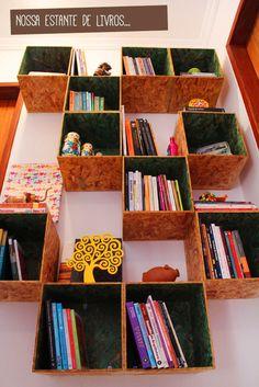Estante de OSB para livros por menos de R$120. http://www.acasaqueaminhavoqueria.com/um-projeto-simples-de-uma-estante-com-nichos-para-o-nosso-corredor-2/