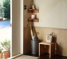 玄関のコーナー部分、無駄にしていませんか? 「壁に付けられる家具」を使えば、鍵を置いたりちょっとした雑貨を飾るなど、玄関をもっと実用的でオシャレな空間にできます。