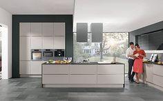 Keukenloods.nl - Lagoni  #eilandkeuken  Ruime eiland keuken met een luxueuze uitstraling. De hoge kastenwand biedt ruime aan de oven, magnetron, koffiemachine en warmhoudlade. In het eiland bevindt zich de kookplaat met daarboven de stijlvolle afzuigunits. Boven het keukenblok met spoelgedeelte bevinden zich bovenkasten met glazen deuren die zich automatisch naar boven openen d.m.v een sensor.