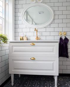 Ett romantisk badrum med genomgående inslag av mässing. Till golvet har kunden valt mönstrad klinker i marockansk stil. De vackra badrumsfönsterna i färgat glas får badrummet att bada i ljus. Det unika badkaret på tassar i mässing kombineras med en inbyggd blandare, också den i mässing. Ett stort handfat i vitt porslin har installerats på en underdel i vitt trä. Stone Bathroom, Small Bathroom, Bathrooms, Bada, Bathroom Inspo, Interior Design, Home, Country, Halloween