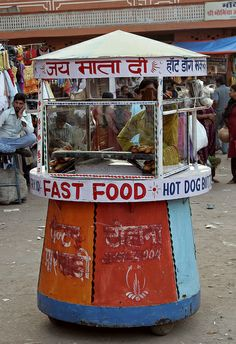 This fast food stall in Jaipur seems to be perfect for a math lab. Street Food Market, Street Vendor, Fast Food Indien, Paella, India And Pakistan, Jaipur India, Indian Street Food, Food Stall, Food Places