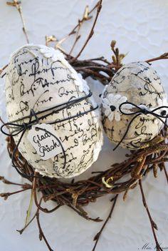 DIY:  Easter Eggs with Old Script. Vitt hus med vita knutar: PÅSK : shows different ways to embellish eggs.