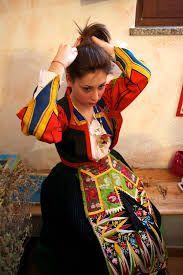 Risultati immagini per ragazze in costumi locali regionali