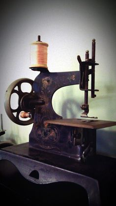 vintage sewing machine - why don't they make them this gorgeous anymore???