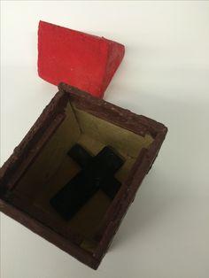 Spreekwoordendoosje met het spreekwoord : ieder huisje heeft zijn kruisje.