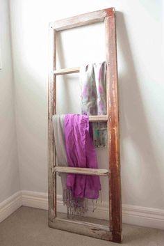 Une vieille fenêtre transformée en porte serviette pour la salle de bains