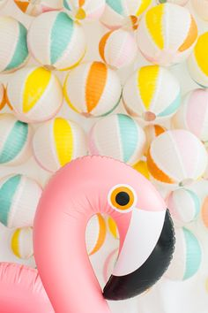 Flamingo party beach ball backdrop- maybe the beach balls would be different shades of pink all over - Beach Ball - Ideas of Beach Ball Miami Beach Party, Beach Ball Party, Party Kulissen, Flamingo Party, Flamingo Birthday, Flamingo Pool, Beach Ball Birthday, Ball Birthday Parties, Luau Birthday