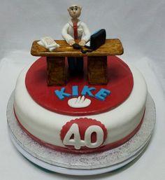 """Entre todos los compañeros han pensado en sorprenderle en su dia a Kike, su """"jefe ejemplar y muy majo"""", por lo que … un aumento para todos Kike!!! Por dentro, bizcocho de chocolate relleno de crema de frutos rojos. Almíbar al Ron…para que cuadren bien las cuentas! Para sorprender a alguien con una tarta personalizada, llámanos al 616849394.   www.depaulapasteleria.blogspot.com www.facebook.com/panaderiadeliziasdepaula www.tartasmalaga.net www.instagram.com/tartasmalaga"""