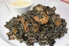 Arroz negro con calamares Latin American Food, Latin Food, Spanish Dishes, Rice Pasta, Cuban Recipes, Grain Foods, Risotto, Tapas, Side Dishes
