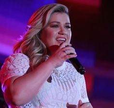 Kelly Clarkson announced that she's pregnant with her second baby during an emotional performance at Los Angeles' Staples Center -- watch the video