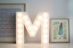 Hoy quería enseñaros el primer DIY  que hemos hecho para la pequeña Miranda, una  letra iluminada con bombillas  con su inicial, al estilo ...