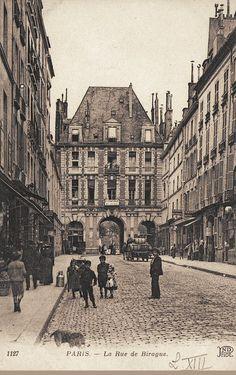 Je remarque surtout vers 1900; l'absence d'automobile ,m^me dans les rues aisées. rue de Birague - Paris 4ème