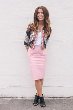f21635e368a3f5 Patterned blazer with a pretty in pink pencil skirt Potlood Rok Outfits
