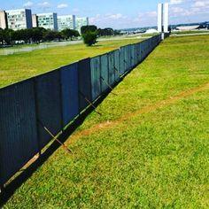 Corruption Wall ! Queridos muita atenção : este muro em Brasília pode significar que o Impeachment já foi comprado e vetado e que foi erguido para conter no dia 17 todos nós brasileiros lúcidos e que não compartilhamos com a corrupção ! DEPOIS NAO DIGAM QUE NAO FORAM AVISADOS! É HORA DE AGIR !!! VAMOS PRESSIONAR VAMOS DERRUBAR PARA O BEM DE TODOS E FELICIDADE GERAL DA NAÇÃO ! Ives Gandra um dos maiores juristas do país explica pq o Impeachment é necessário não so pq a população está…