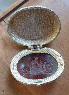 GOLDETTE Amber Glass Intaglio Pillbox Venus Cupid & lovebirds  #B vintage c1950s #Goldette #Pillboxpillcase