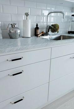 kökshandtag - 34 kvadrat - Metro Mode New Kitchen, Kitchen Dining, Gray And White Kitchen, Interior Design Inspiration, Home Projects, Home Kitchens, Sweet Home, Interior Decorating, House Design