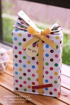 선물포장/ 부채모양 포장을 손쉽게~ 지그재그로 접는 봉투 만들기 : 네이버 블로그 Japanese Gift Wrapping, Japanese Gifts, Creative Gift Wrapping, Creative Gifts, Christmas Gift Box, Christmas Gift Wrapping, Craft Gifts, Diy Gifts, Gift Wrapping Tutorial