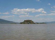 ISLA YUNUEN. Se encuentra al noreste del Lago de Pátzcuaro, antigua capital de los indios Purépecha, a 30 minutos del muelle del mismo nombre.