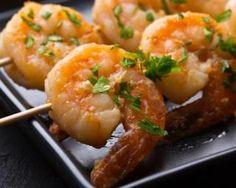 Brochettes de gambas sautées et sauce au thé vert : http://www.fourchette-et-bikini.fr/recettes/recettes-minceur/brochettes-de-gambas-sautees-et-sauce-au-vert.html.  Sounds yummy- just translate!