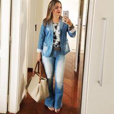 Domingo combina com JEANS. Pra mim, todo dia combina com jeans. Adoro o conforto e a despreocupação. É das opções que mais curto. Como hoje está chuvoso, o blaser ganhou uma brecha. E tô achando DEZ que também é super tendência no outono. Aliás, pra mim ele é tendência sempre! #jeans #Denim #comfort
