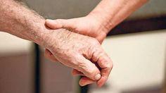 """""""Scham ist die Wächterin der Würde"""" Wenn man Gefühle verdrängt, kehren sie zurück - häufig als Gewalt. Die Pädagogin und Krankenschwester Ursula Immenschuh über einen gesünderen Umgang mit Scham in der Pflege."""