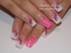 hosszú francia műköröm pinkkel díszítve