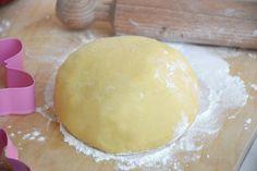 La pasta frolla è una delle ricette base più usate in pasticceria, è per eccellenza la pasta base delle crostate e dei biscotti