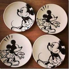 I love this DIY project! Just buy some plain white plates and sketch mickey mouse. So affordable too! Disney Diy, Casa Disney, Disney Merch, Deco Disney, Disney Rooms, Disney Crafts, Disney Stuff, Disney Logo, Mickey Mouse House