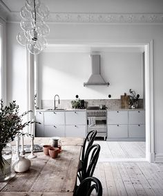 Wer etwas Inspiration in Sachen Wohnen sucht, kann sich die schöne graue Küche. If you are looking for some inspiration in terms of living, you can take a look at the beautiful gray kitchen from Ikea, which Milena has chosen for her new apartment. Interior Design Kitchen, Interior Design Living Room, Scandinavian Kitchen, Scandinavian Style, Nordic Style, Scandinavian Interior, Cuisines Design, White Walls, Interior Inspiration