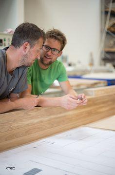 Teamwork, Vertrauen, Ehrgeiz und Humor ist die Basis für eine erfolgreiche Projektrealisierung.  Fotograf: Bernhard Janko Bamboo Cutting Board, Humor, Ambition, Confidence, Projects, Humour, Funny Photos, Funny Humor, Comedy