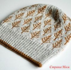 Время вязать шапку, например такую... Простая шапочка с узором из стилизованных елочек связана спицами.