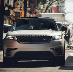 The Land Rover Range Rover Velar brings a new dimension of glamour, modernity and elegance to the Range Rover family. Range Rover Evoque, Range Rovers, Range Rover Car, Super Sport, Monster Car, Dream Cars, Kahn Design, Automobile, Landrover