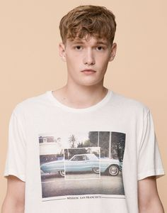 The most comfortable look with Autumn Winter 2017 T-shirts for men at PULL&BEAR. Find our polo shirts, tank tops and V- neck or oversized T-shirts for men. Hang Ten, Cool T Shirts, Tee Shirts, Mens Fashion Wear, Unique Outfits, Tee Design, Shirt Shop, Mens Tees, Shirt Style