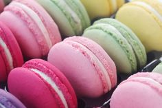 Macarons The perfect macaron with powdered sugar and almond flour recipe with picture and simple step-by-step instructions: powdered sugar and … Candy Recipes, Sweet Recipes, Cookie Recipes, Almond Flour Recipes, How To Make Sausage, French Desserts, Macaroons, Cupcakes, Food Pictures