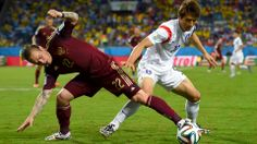 Andrey Yeshchenko (L) of Russia vies with Koo Ja-Cheol of South Korea #WorldCup #ワールドカップ #Russia #RUS #Korea #KOR