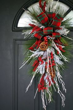 68 last minute rustic christmas decorations that are worth seeing page 40 Christmas Swags, Noel Christmas, Outdoor Christmas, Holiday Wreaths, Rustic Christmas, Christmas Projects, Holiday Crafts, Winter Wreaths, Spring Wreaths