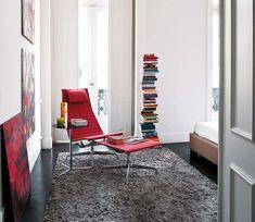 Un piso reformado en Lisboa, Portugal: Rincón de lectura en el dormitorio