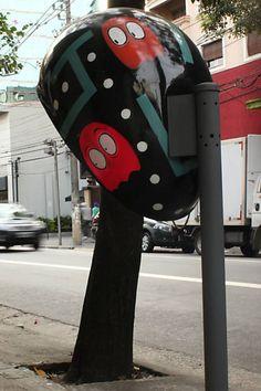 """Telefones Públicos Decorados pela cidade. Na foto: """"Pac-Man"""", da artista Sah! (Sarah R. Centkiewicz), na rua Tabapuã"""