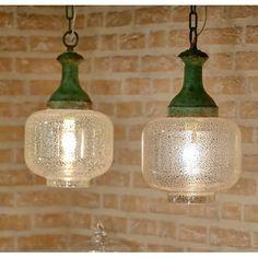 Zjawiskowo prezentująca się lampa szklana o niecodziennym kształcie klosza osadzonym na metalowym elemencie łączącym całość z kablem zasilającym! Zapraszamy!