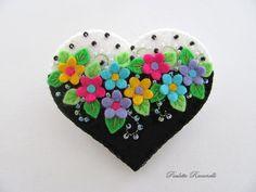 Felt Flower Heart Pin ♡ by Beedeebabee on Etsy Felt Embroidery, Felt Applique, Fabric Crafts, Sewing Crafts, Instruções Origami, Felt Gifts, Felted Wool Crafts, Felt Christmas Ornaments, Christmas Christmas