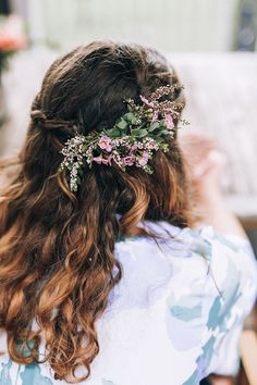 Rustic native flower comb in boho wedding hair | Raconteur Photography