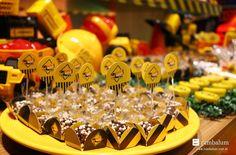 decoracao-festa-construcao-linda-mesa-tema-construcao-com-caminhao-trator-mineracao-e-alegria-aniversario-do-rodrigo-45
