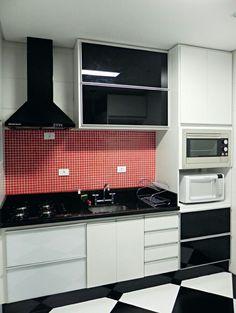 Cozinha branca e vermelha.